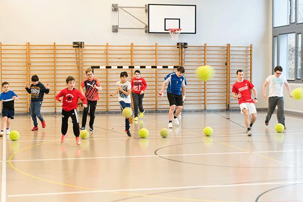 eine Fussballmannschaft trainiert in der Halle den Abschuss