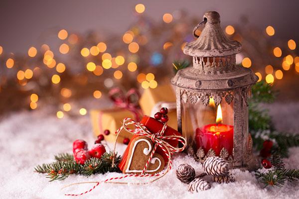 Das Bild zeigt Lebkuchen, Kerzen und tannenäste auf einem Tisch platziert.