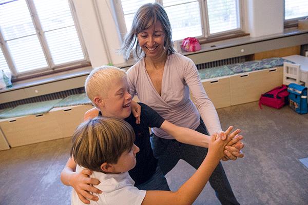 zwei Kinder beim Tanzunterricht mit Lehrerin