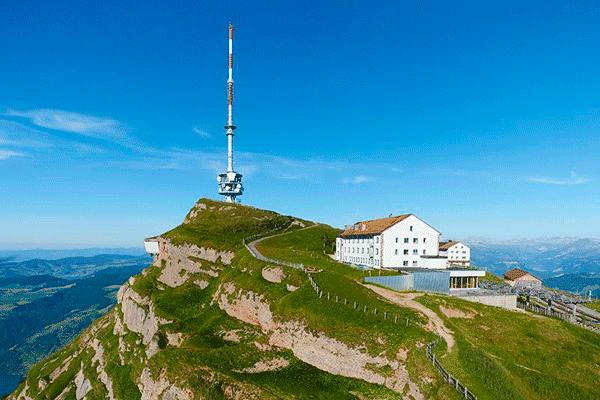 Hotel Rigi Kulm mit grosser Funkantenne und schöner Aussicht.