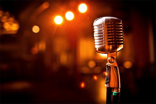 Ein Mikrofon wartet darauf dass jemand hinein singt